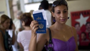 Una mujer muestra su pasaporte y el de su hijo al dejar una oficina de inmigracin en La Habana, Cuba. 
