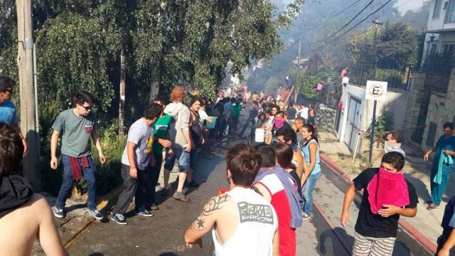 Grave incendio en Bariloche ya alcanzó algunas viviendas